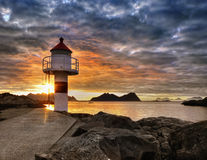 Lofoten, solnedgångkust och fyr Arkivfoton