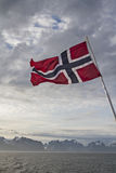 Lofoteninsel und norwegische Flagge Stock Photography
