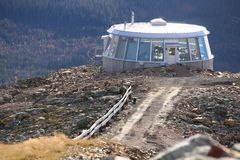LOFSDALEN,瑞典- 2017年10月05日:Mackmyra skybar在山Hovaerken顶部 免版税图库摄影