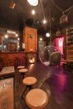 Loft el estilo que el acero preside en barra en el café y el restaurante Fotos de archivo libres de regalías