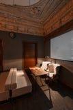 Loft el estilo que el acero preside en barra en el café y el restaurante Imagen de archivo