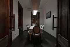 Loft el estilo que el acero preside en barra en el café y el restaurante Club de noche Imagen de archivo libre de regalías