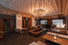 Loft el estilo que el acero preside en barra en el café y el restaurante Club de noche Fotografía de archivo