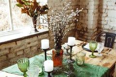 Loft el interior con la pared de ladrillo, la tabla y las sillas Fotografía de archivo libre de regalías