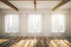 Loft el interior con las ventanas, el entarimado marrón y las cortinas Imágenes de archivo libres de regalías