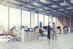 Loft la oficina céntrica, sillas beige, lado, hombres Fotos de archivo libres de regalías