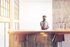 Loft o canto da barra, paredes brancas, barman Imagens de Stock Royalty Free