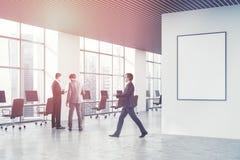 Loft o canto de escritório do espaço aberto do branco, pessoa do cartaz Fotografia de Stock