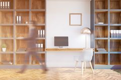 Loft o escritório domiciliário interior, paredes brancas, homem Imagem de Stock Royalty Free