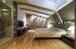 Loft sypialnia z intymną łazienką Zdjęcie Royalty Free