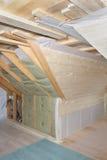 Loft under konstruktion: beslagvärmeisolering och avtalsbräde Fotografering för Bildbyråer