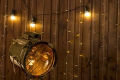 Loft a zombaria retro do fundo da parede de madeira alaranjada interior e da lâmpada leve do projetor do vintage acima Foto de Stock