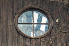 Loftfönster i ett öde hus royaltyfria bilder