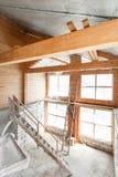 Loftgolv av huset genomg?ng och rekonstruktion Arbetande process av att v?rme inom delen av taket hus eller arkivfoto