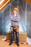 Loftrenovering Faktotum med ett hjälpmedelbälte Begreppsfoto av byggande av det nya hemmet, husrenovering, byggande förnyande, yr Arkivbilder