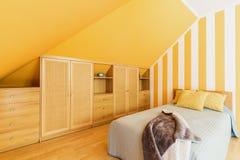 Loftsovrum med intensiva gula väggar Royaltyfri Foto