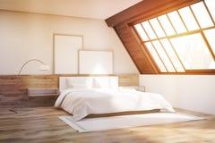Loftsovrum med matta och affischer som tonas Royaltyfria Bilder