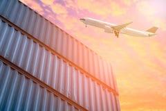 Logística e transporte do avião de carga na jarda de envio imagens de stock