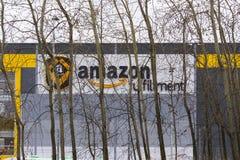 Logística em linha da realização das Amazonas da empresa do varejista que constrói o 12 de março de 2017 em Dobroviz, república c Imagens de Stock