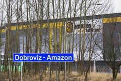 Logística em linha da realização das Amazonas da empresa do varejista que constrói o 12 de março de 2017 em Dobroviz, república c Foto de Stock