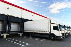 Logística y almacenamiento de las mercancías - cargamento y descarga de las mercancías para el transporte en camión fotos de archivo