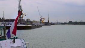 logística y transporte Buques de carga con las grúas de los puertos en puerto Industria de Тransportation Día de la nieve del in almacen de metraje de vídeo