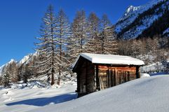 Log cabin in the mountains in winter Royalty Free Stock Images