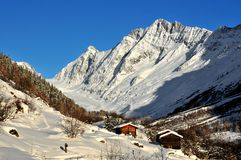 Log cabins and mountains in the snow Royalty Free Stock Photos