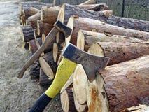 Log de bois avec la hache coincée images libres de droits