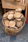 Log de madeira cortado em partes finas redondas Imagem de Stock