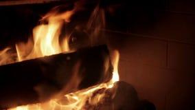Log de madeira que queima-se em uma chaminé filme