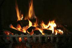 Log fire in grate Royalty Free Stock Photos