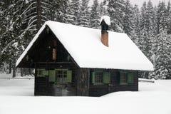 log kabiny zimy. Zdjęcie Stock