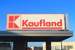 Loga hypermarket Kaufland przeciw niebieskiemu niebu w Elbląskim, Polska Zdjęcie Royalty Free