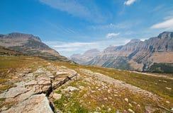 Logan Pass según lo visto de pista de senderismo ocultada del lago en Parque Nacional Glacier durante los 2017 fuegos de la caída imagenes de archivo