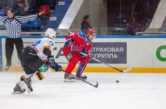 Logan Payet (39) gegen Gharkov Pavel (25) Stockbild
