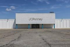 Logansport - Circa Augusti 2017: För en tid sedan stängt med fönsterluckor J C Penney Mall Location X Royaltyfri Foto