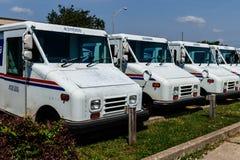 Logansport - Circa Juni 2018: USPS-de Vrachtwagens van de Postkantoorpost Het Postkantoor is de oorzaak van het Verstrekken van P stock afbeeldingen