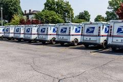 Logansport - Circa Juni 2018: USPS-stolpe - kontorspostlastbilar Stolpen - kontoret är ansvarigt för att ge postleverans III royaltyfri bild