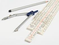 Logaritmische heerser, kompassen, potlood op een witte achtergrond Kantoorbehoeften voor ingenieurs en studenten royalty-vrije stock foto