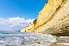 Logas海滩和惊人的岩石峭壁在Peroulades corfu 希腊 库存照片
