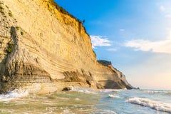 Logas海滩和惊人的岩石峭壁在Peroulades corfu 希腊 免版税库存照片