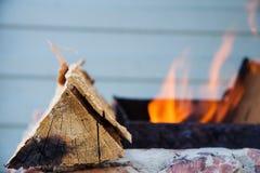 Logboek van hout op de achtergrond van brand Stock Afbeeldingen