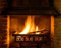 Logboekbrand in een schoorsteen Stock Afbeeldingen