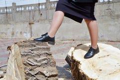 Logboeken en vrouwen` s benen met zwarte schoenen! Stock Foto's