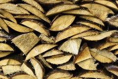 Logboeken van brandhout die onder het dak van lei worden opgestapeld Brandstof voor fornuis het verwarmen Het leven van het land  stock afbeeldingen