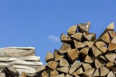 Logboeken van en raad van hout van verschillende vormen, grootte en soorten Stock Foto's