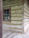 Logboekhuis met venster stock foto's