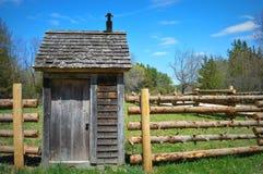 Logboekomheining Outhouse royalty-vrije stock afbeeldingen