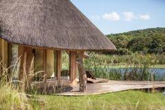 Loge africaine par le lac Photos stock